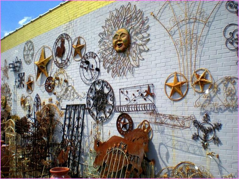 Paredes decoradas con metal para jardín