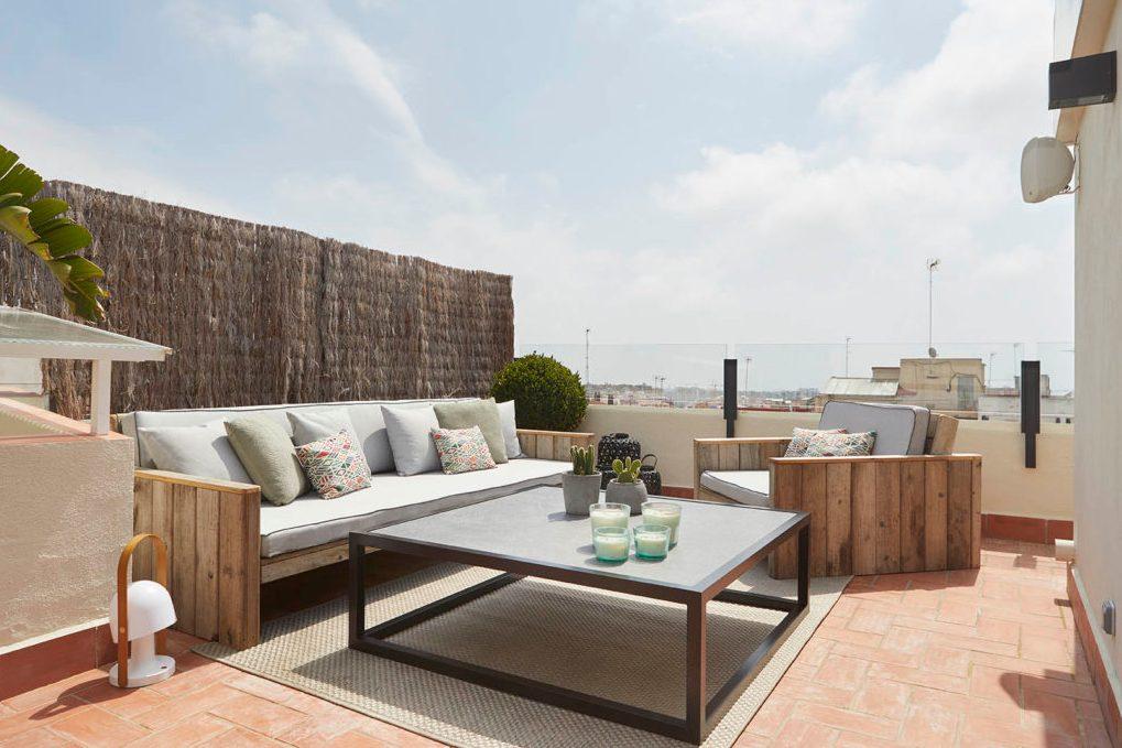 Un rincón relajante en la terraza de un pequeño ático