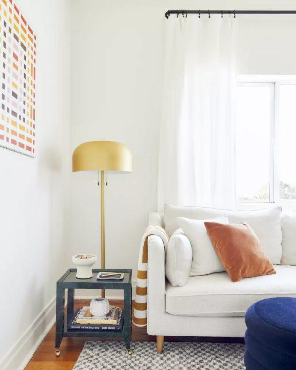 añade un toque de color al salon minimalista moderno