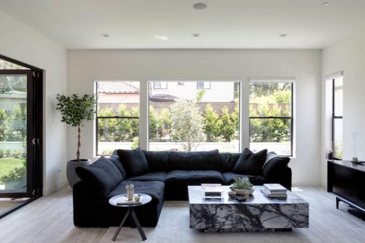 salon moderno y minimalista con colores profundos