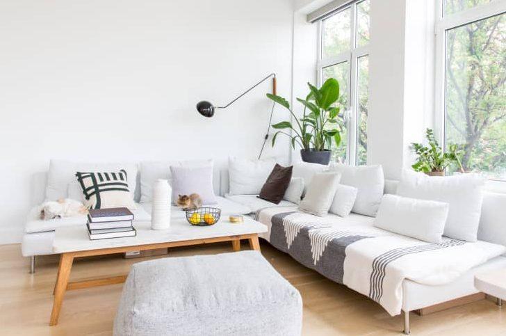 salon moderno y minimalista luminoso