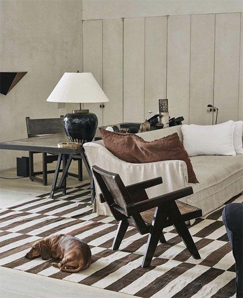 Salón Cálido en Madera y alfombra a rayas