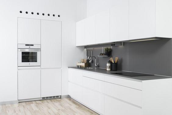 Cocina Moderna con paredes grises y con Ángulos Blancos