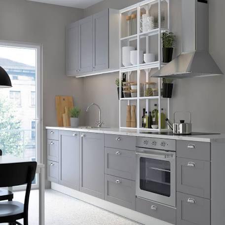 Cocina gris casi Monocromática con toques blancos