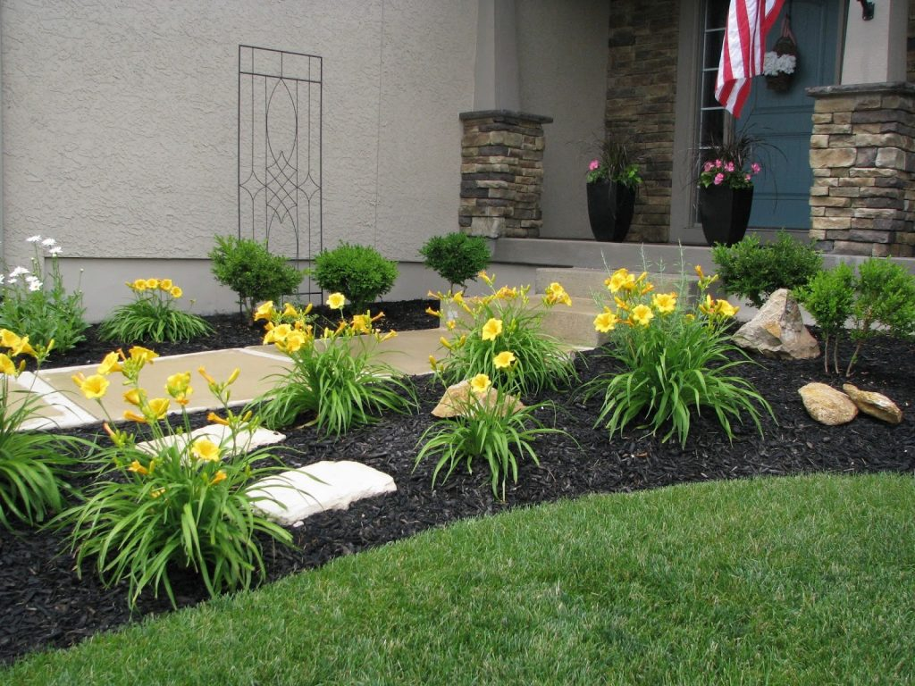 decoración de jardines con mulch amarillo y negro