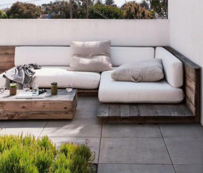 Terraza de ático con sofás de palets