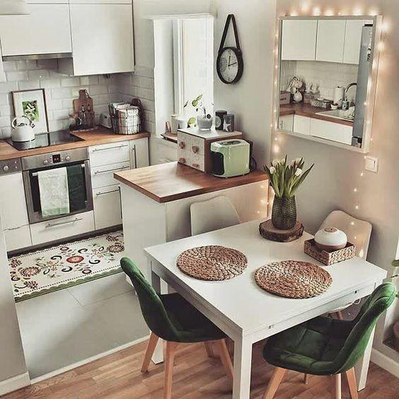 Cocina con barra y comedor con Plantas y Luces