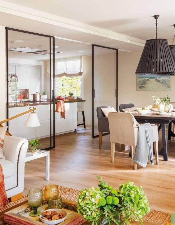 Cocina comedor de concepto abierto con estilo cabaña moderna