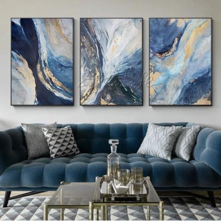 Mezcla sofás azules y arte en tu salón