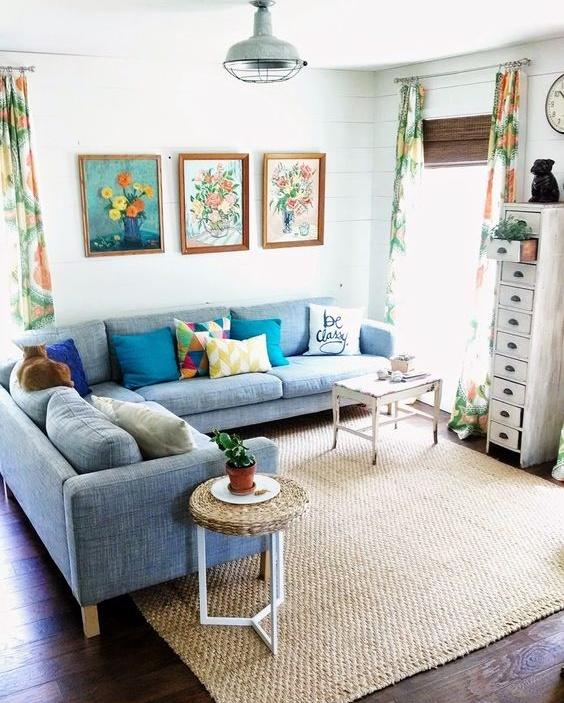 Salón luminoso con sofás azules