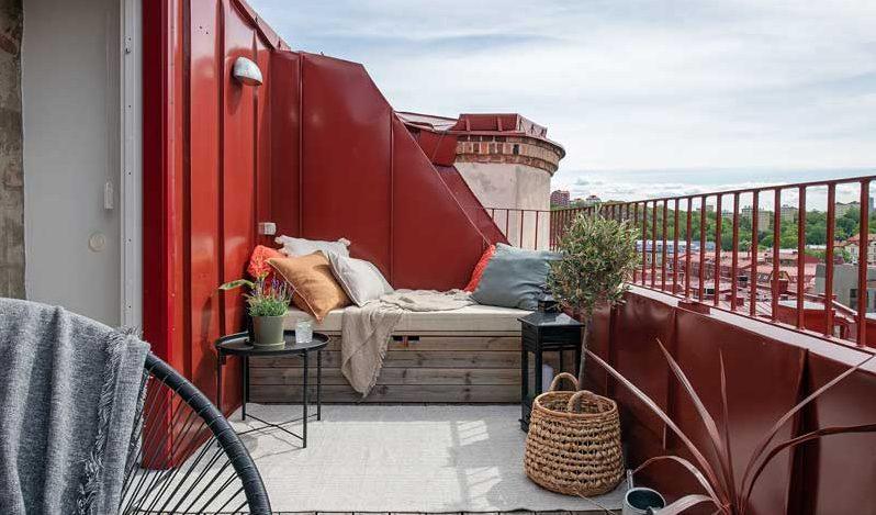 Decorar terraza de ático con banco de madera