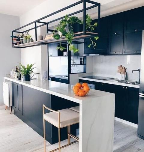 Figuras Abstractas en una cocina con barra y comedor