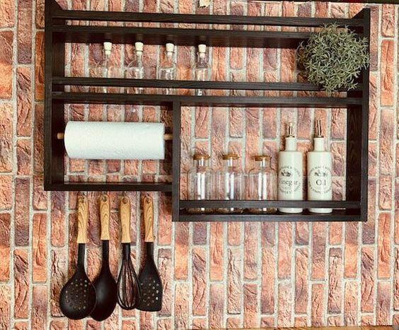 Estante Asimétrico en la pared de la cocina