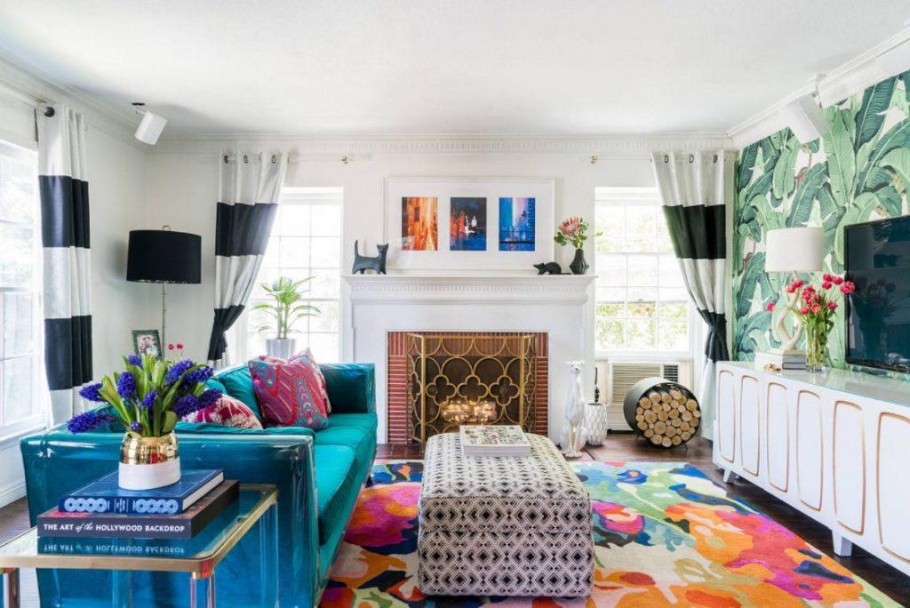 Alfombra colorida y pared vegetal convertirá tu salón en tropical