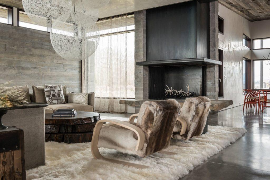 Añade calidez con una alfombra peludita a un salón rustico
