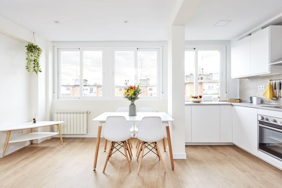 Cocina comedor minimalista y aireada