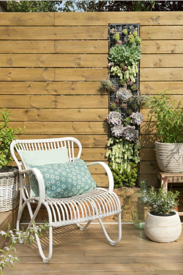 Pared exterior con plantas en madera