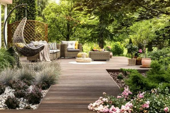 decorar un jardín pequeño con plantas y madera