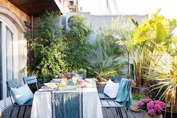 Jardín pequeño con un comedor rodeado de plantas