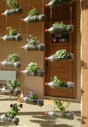 Jardín pequeño con plantas y maceteros reciclados