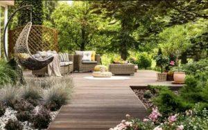 Jardín pequeño con plantas con plantas recicladas