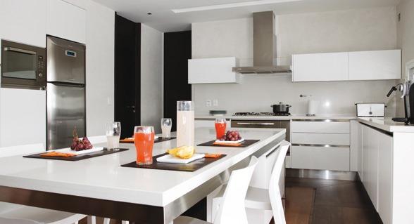 Mete la mesa del comedor dentro de la cocina  minimalista