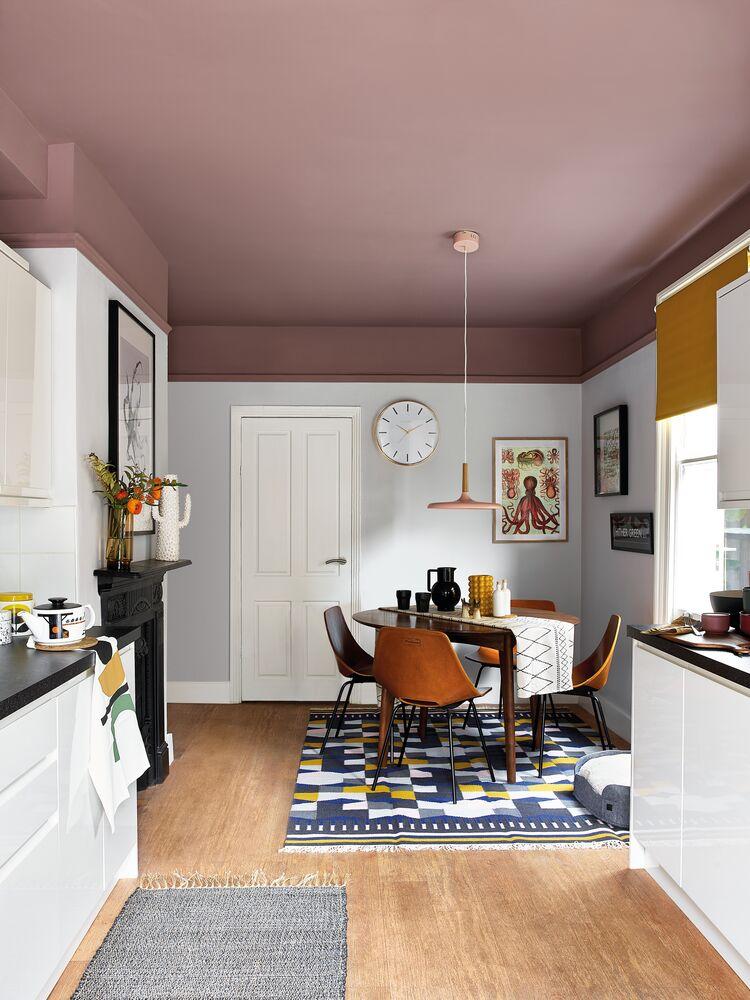 Pinta el techo más oscuro que las paredes de un salón pequeño