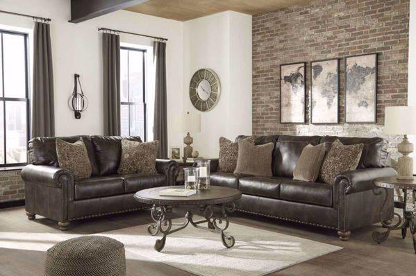 Resalta los muebles marrones con un poco de blanco