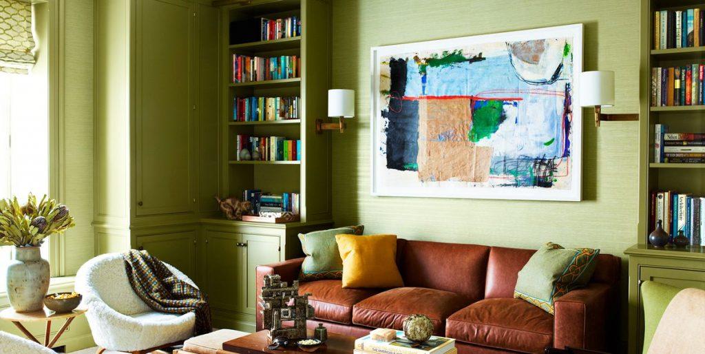 Sala con muebles marrones y pared verde, estilo natural