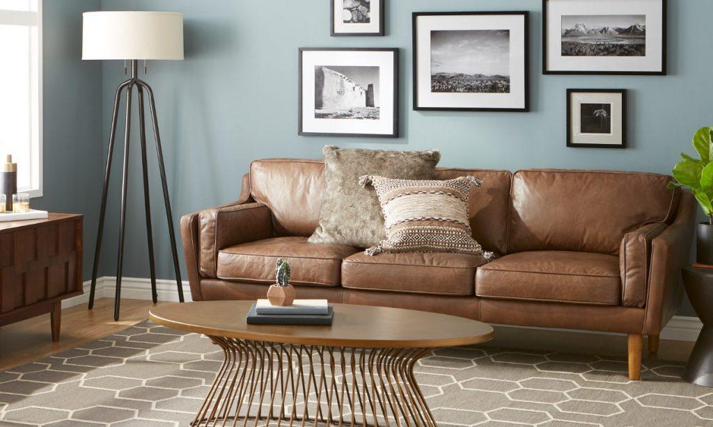 Sala con paredes azules y muebles marrones