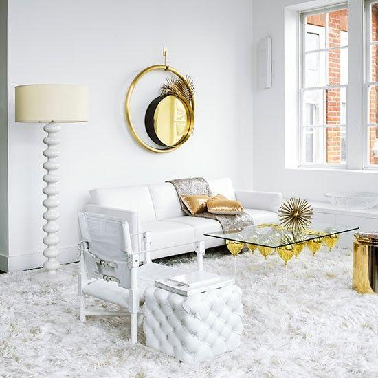 Salón blanco con espejos dorados