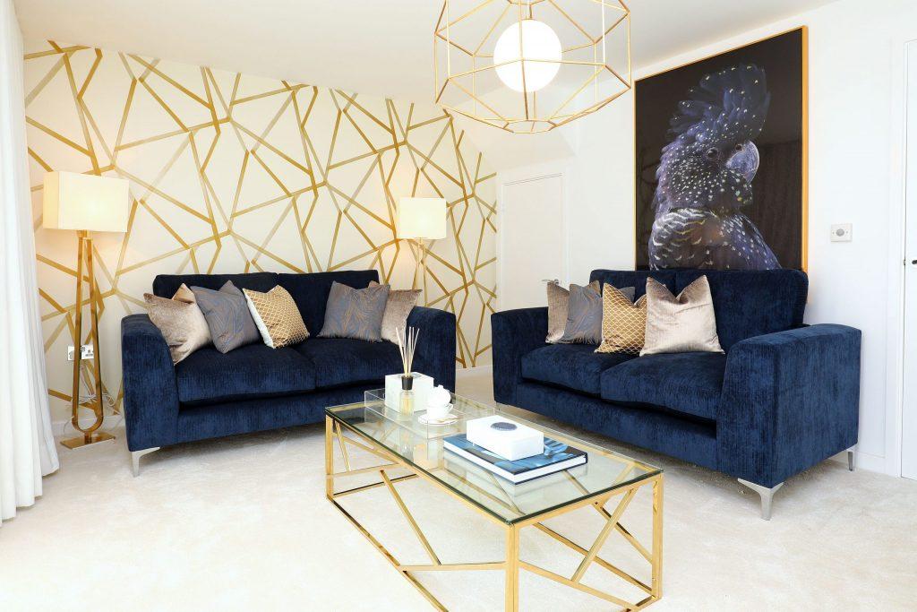 Salón blanco con patrones dorados en la pared