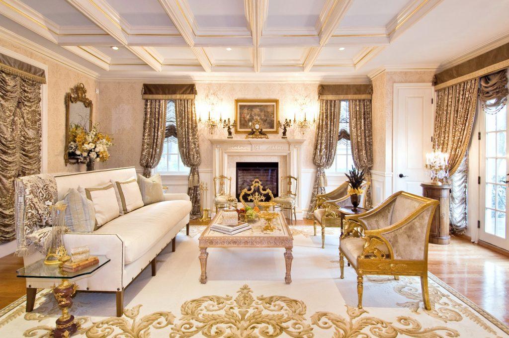 Salón de palacio de cuento en blanco y dorado