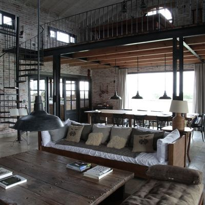 salon con lamparas industriales