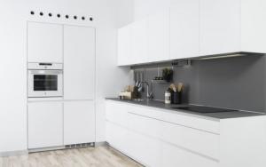 cocinas blancas con paredes grises