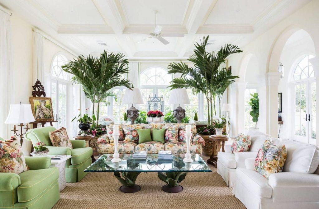 Combina blancos y estampados para un salón tropical