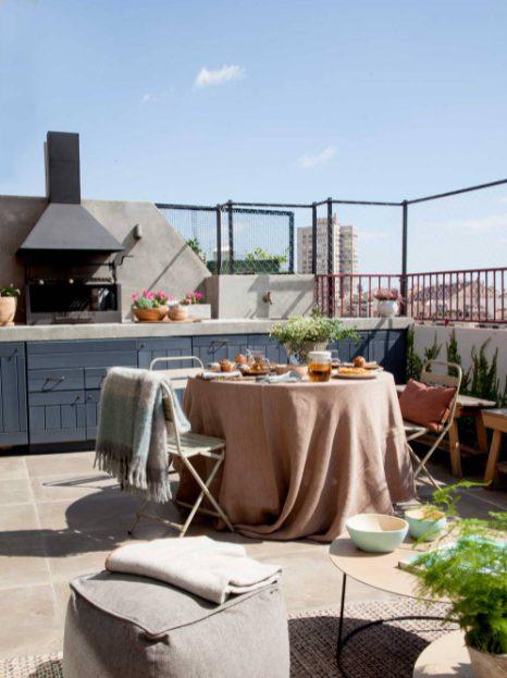 Decorar terraza de ático con mesa de comedor