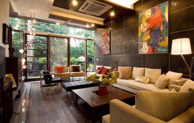 sala con muebles marrones con vistas a la naturaleza