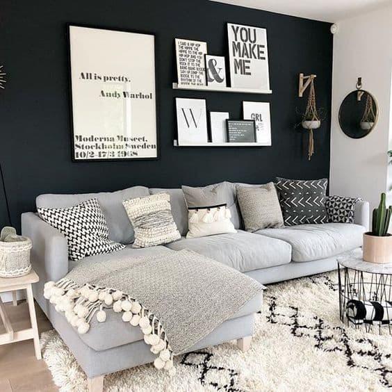 salón pequeño pintado con una pared focal