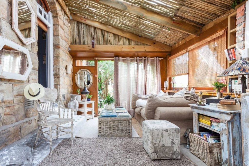 Salón tropical estilo cabaña