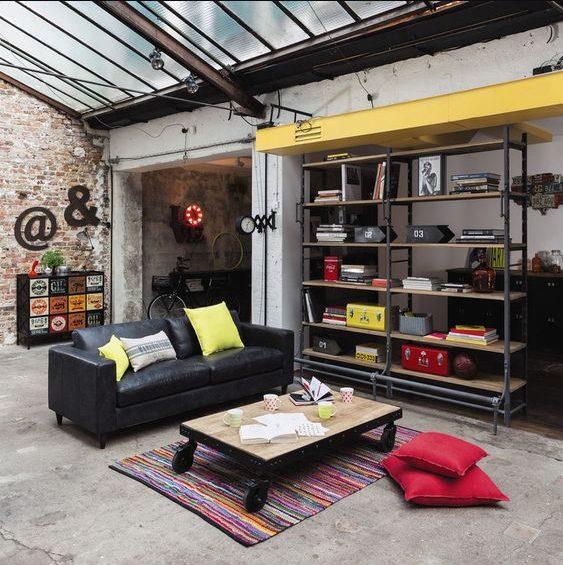 Salón estilo industrial vintage con amarillo