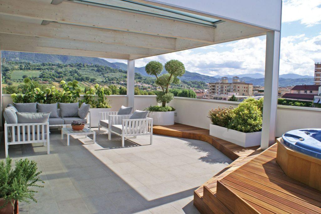 Amueblar una terraza de ático con mucho verde natural