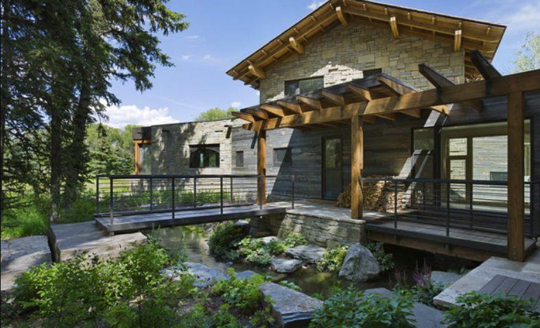 Casas de piedras modernas con hierro y madera