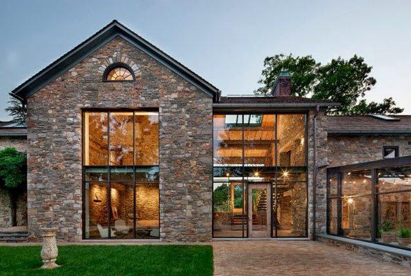 Casas de piedras modernas tradicionales con grandes ventanales