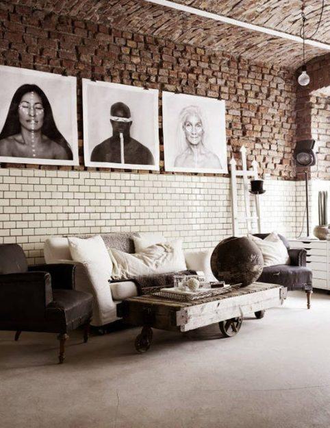 Salón con techo de ladrillo y estilo industrial vintage