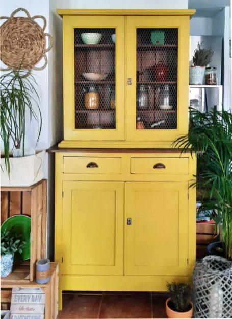 Alacenas de cocina vintage en mostaza y con mallas