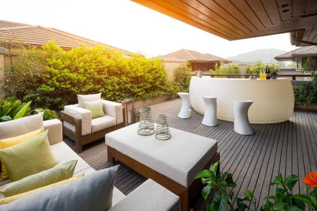 Amueblar una terraza de ático para un brindis por todo lo alto