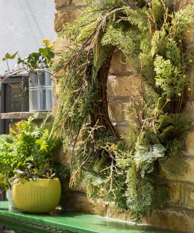 Añade una corono de vegetación a un muro exterior