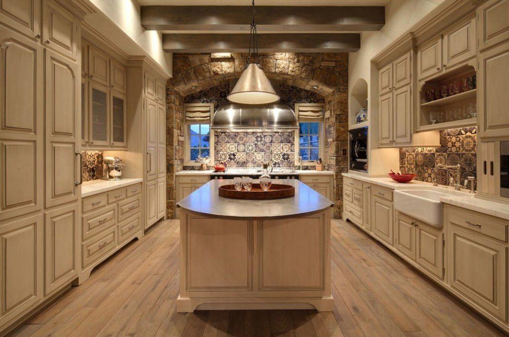 Área de trabajo de la cocina forrada en piedra
