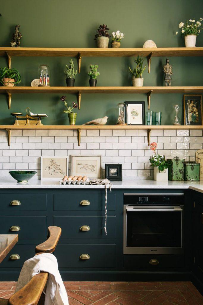 Azul, verde y baldosas oscuras en esta cocina moderna